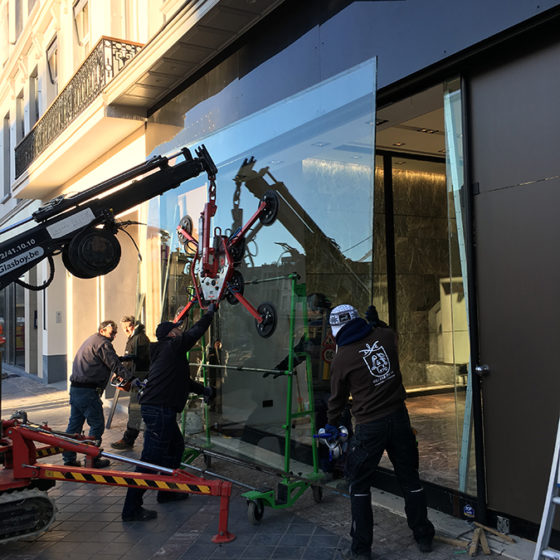 Miroiterie Leys and Fils - installation grande vitrine avec une grue