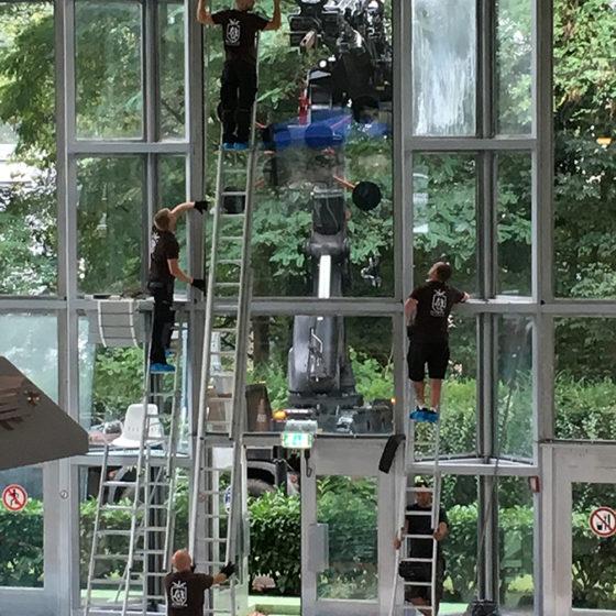 Miroiterie Leys and Fils - installation vitrage condense avec une grue